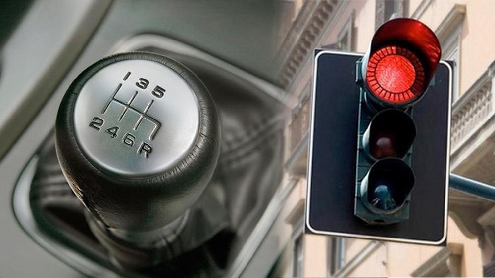kỹ thuật lái xe số sàn dừng đèn đỏ