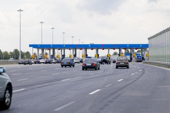 Hình 3-24: Lái xe qua trạm thu phí sử dụng dịch vụ đường bộ