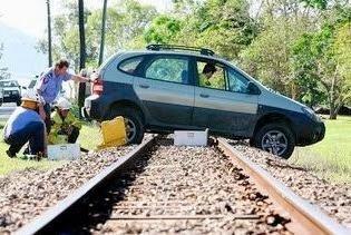 Hình 3-44: Đẩy xe vượt qua đường sắt.