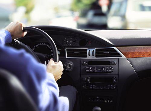 Cầm vô lăng đúng cách khi tap lai xe tai