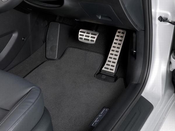 Số sàn lái bằng 2 chân với số tự động lái bằng 1 chân